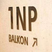 Hliníkový 3D nápis 1NP BALKON, šipka vpravo nahoru, nápis nalepený na stěně