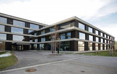 Nová administrativní budova ústředí ČSOB v Praze, prostranství před hlavním vchodem