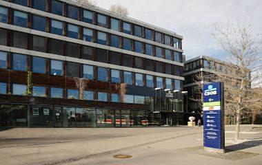 Starší administrativní budova ústředí ČSOB v Praze, prostranství s orientačním totemem