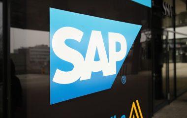 Logo SAP ČR, modrý lichoběžník s bílými písmeny SAP, samolepka na skleněné výloze