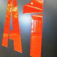 Červené značení A1 na černé desce, dobarvovaný gravír