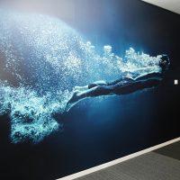 Fototapeta na zdi, motiv člověka pod vodou, vzduchové bubliny