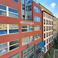 Frézované stříbrné 3D logo Anglická 20 lepené na fasádě kancelářské budovy cihlové barvy