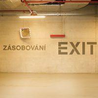 Navigace zásobování a exit na stěně garáže, malovaná grafika, čtvercové dopravní zrcadlo na stěně