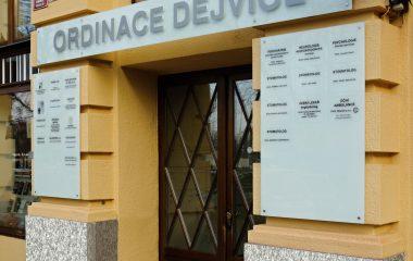 Značení vstupu do Ordinace Dejvice, světelný 3D nápis z plexiskla na mléčném skle, informační tabule vedle vstupních dveří
