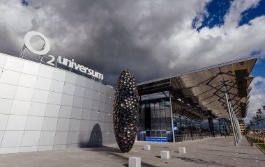Piazzetta před budovou O2 Universum se světelným 3D logem na střeše