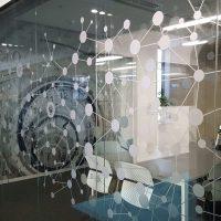 Pískovaný polep skleněné stěny, geometrické motivy souhvězdí, konferenční místnost SAP, fototapeta na stěně
