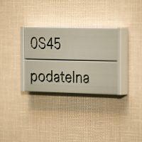 Tabulka s označením místnosti podatelna, hliníkové lišty, dobarvovaný gravír, béžová textilní tapeta