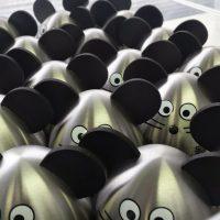 Množství reklamních stříbrných kuchyňských minutek s černými oušky, očky a vousky