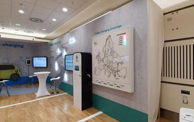 Nástěnná interaktivní mapa Evropy, pokrytí dobíjecími stanicemi pro elektromobily Škoda