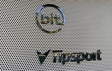 logo Tipsport a bit vyřezané z černého plexiskla na děrovaném plechu