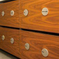 3D značení dřevěných nádob na recyklovatelný odpad, dřevěné kruhové tabulky, černé nápisy