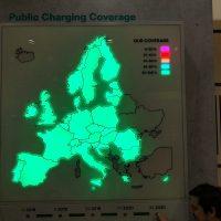 Světelná mapa Evropy na bílém boxu, zeleně svítící státy, značení pokrytí nabíjecími stanicemi pro elektromobily
