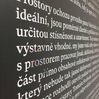 Blok bílého textu ze zrcadlové folie nalepené na černé matné plotrové folii, pohled zleva