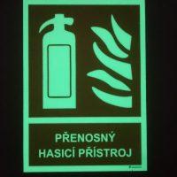Tabulka s piktogramem hasicího přístroje a ohně, nápis PŘENOSNÝ HASICÍ PŘÍSTROJ, zelená luminiscence