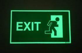 Úniková tabulka s piktogramem nouzový východ, nápis EXIT, zelená luminiscence