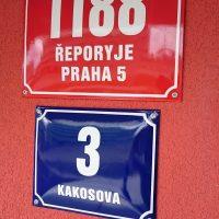 Dvě smaltové cedule, červené číslo popisné 1188, ŘEPORYJE PRAHA 5 a modré číslo orientační 3 v ulici KAKOSOVA, červená fasáda