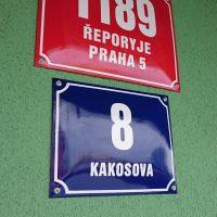 Dvě smaltové cedule, červené číslo popisné 1189, ŘEPORYJE PRAHA 5 a modré číslo orientační 8 v ulici KAKOSOVA, zelená omítka