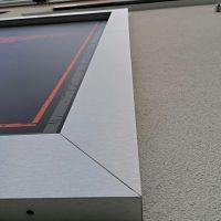 Detail rohu dibondového rámu na zdi budovy