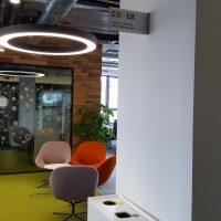 Interiér SAP, limetková podlaha, barevné židle, kruhové osvětlení, informační výstrč, pískované sklo, informační tabulka s označením Quiet Room