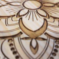 Dekorativní květy gravírované laserem ze dřevěné desky