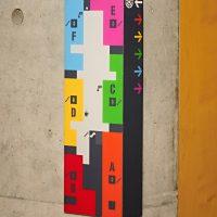Barevný orientační plánek budovy nalepený na rohu zdi