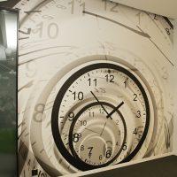 Laminovaná fototapeta potištěná černobílým motivem hodin, bílý strop, černá podlaha