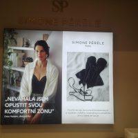 LED prosvícený textil frame s hliníkovým rámem, potištěný reklamou na prádlo SIMONE PERELE, 3D logo na zdi