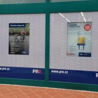 Potištěné reklamní folie nalepené na skleněné výloze PRE, zelené příčky, cihlové dlaždice