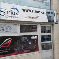 Výloha prodejny Sirius Computers, děrovaná okenní folie nalepená na tabulkách oken, reklamní grafika