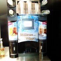 Automat na nápoje MC Donald's polepený potištěnou folií, fotografie nápojů a nápisy Smoothies a Frappé