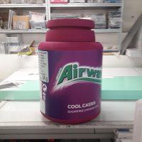 Velká fialová polystyrenová maketa válcové krabičky na žvýkačky Airways Cool Cassis.