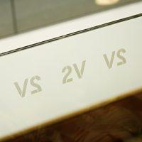 Opakovaný nápis V2 z pískované folie nalepený na bílém pruhu
