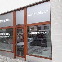Polep skleněné výlohy, bílý samolepicí text AULIX lighting a kupzarovky.cz na skleněných tabulkách, menší nápisy vyřezané v pískované folii