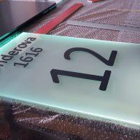 Výroba skleněné tabulky z prosvíceného mléčného skla, černý nápis a číslování