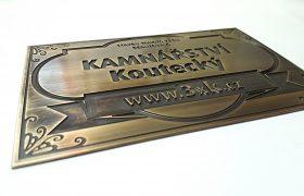 Patinovaná mosazná cedule s gravírovanými ornamenty, textem KAMNÁŘSTVÍ Koutecký a adresou www.3xk.cz