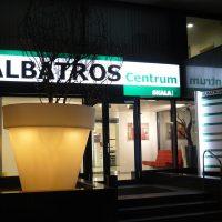 Světelná podsvícená tabule s nápisem ALBATROS Centrum nad vchodem do provozovny, světelný LED box, velký květináč