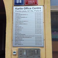 Modulový orientační systém Karlín Office Centre, připevněno zvenku na budově, nad tím smaltované tabule s číslem popisným a orientačním